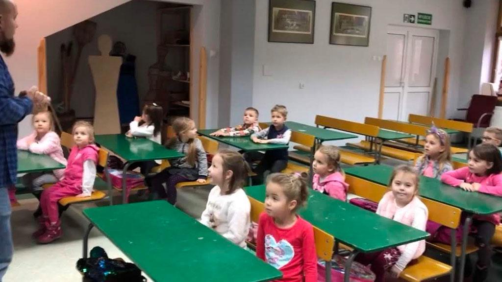 Przedszkole z wizytą w muzeum Wsi Radomskiej.